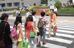 学生によるキャンパスツアーの模様
