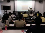 「利き手と反対用のはさみを使う」課題について説明する三谷聖也准教授